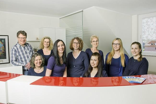 Das Praxisteam freut sich über die Auszeichnung mit dem FOCUS-Siegel, v.l.n.r.: Dr. Stolpe, Frau Schensar, Frau Breulmann, Frau Büter, Frau Baum, Frau Brundiers, Frau Perschke, Frau Pauls, Frau König