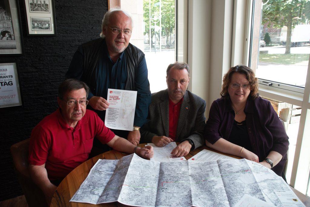 Diskussion über den Radschnellweg RS1: v.l.n.r. Heinz-Dieter Düdder, Ralf Stoltze, Udo Dammer und Monika Lührs (Foto: Rüdiger Beck)