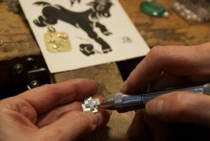 Handwerkliche Arbeit bei Schmuck-Schnecke zur Erstellung eines Logos