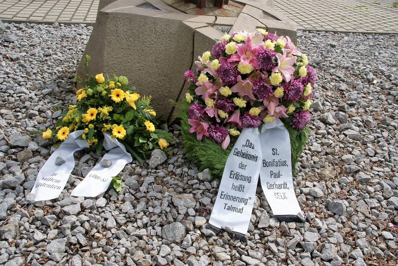 Im Rahmen einer Kranzniederlegung wurde am Mahnmal Ruhrallee an die Opfer gedacht. (Foto: Rüdiger Beck)