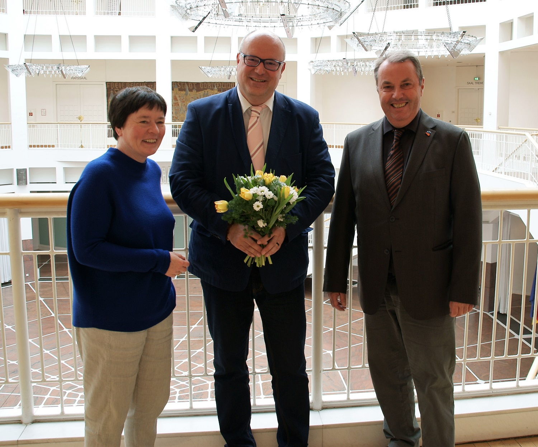 Die stv. Bezirksbürgermeisterin Roswitha Decking-Hartleif (links) und Bezirksbürgermeister Udo Dammer (rechts) bedankten sich bei Thomas Renzel. (Foto: Rüdiger Beck)
