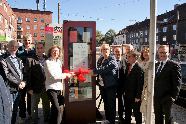 Die Mitglieder des Körner Kultur- und Kunstvereins enthüllten den neuen Bücherschrank in Körne (Foto: Rüdiger Beck)