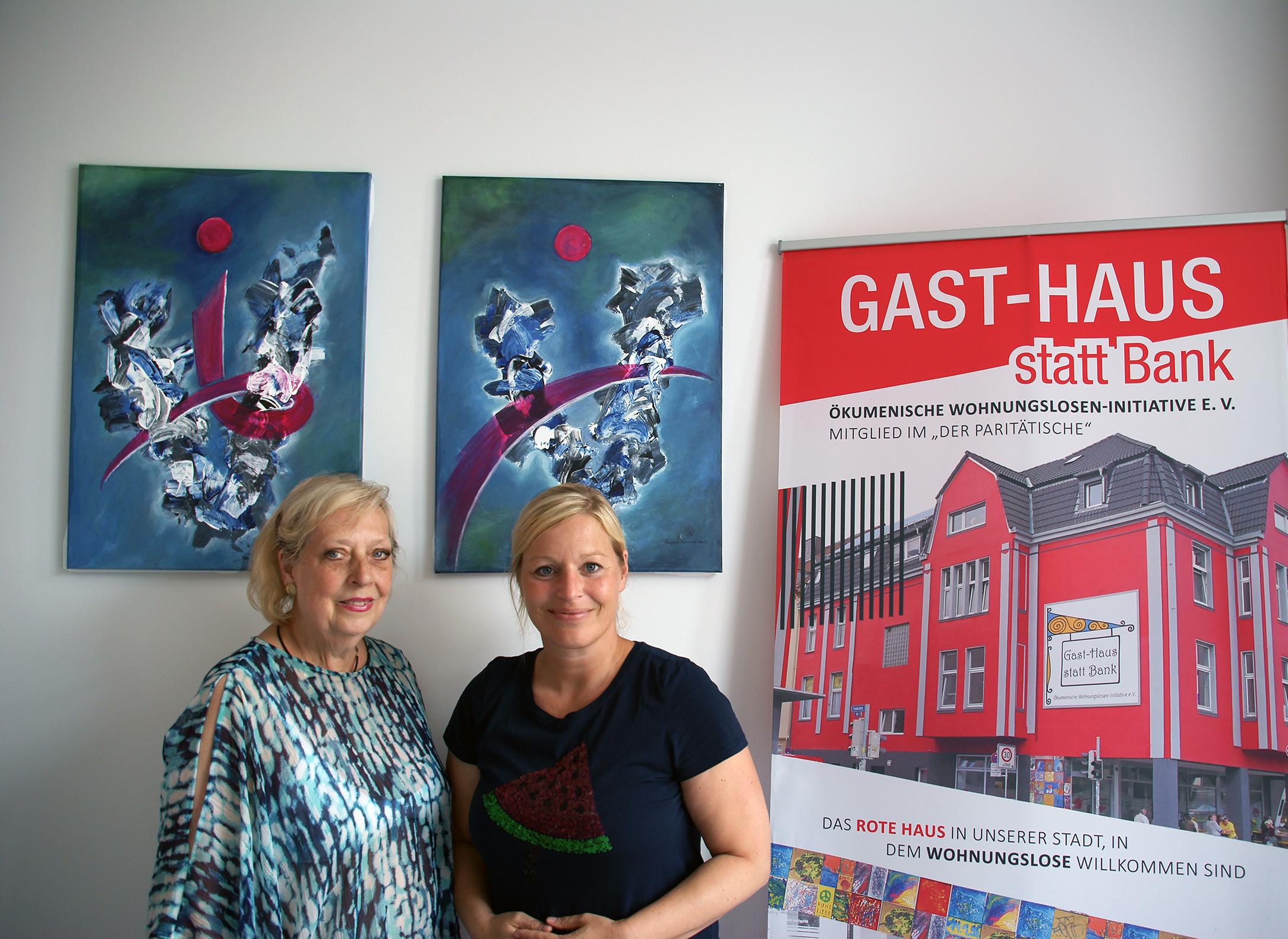 Freude über die gespendeten Bilder: links Dagmar Schnecke-Bend (Künstlerin) und rechts Katrin Lauterborn (Geschäftsführerin Gast-Haus e.V.), Foto: Rüdiger Beck
