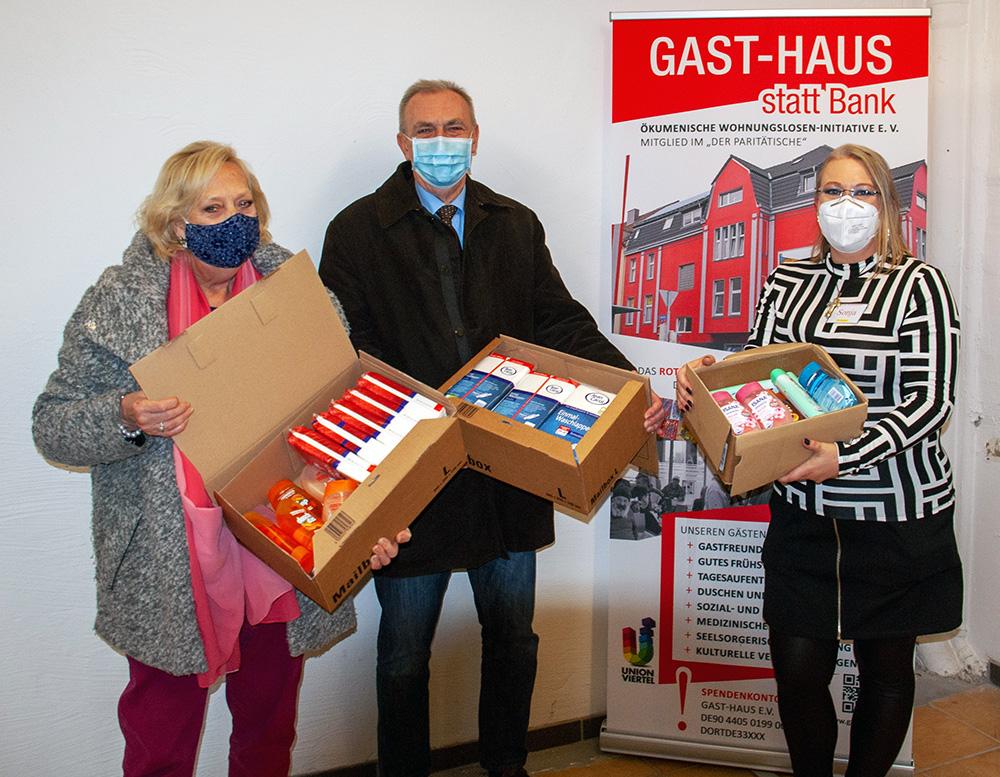 Eine kleine Auswahl der großzügigen Spende präsentieren v.l.n.r. Dagmar Schnecke-Bend (Goldschmiedin und Künstlerin), Dirk Hartleif (Mitglied des Rates, CDU), Sonja Hinz (Gast-Haus). Foto: Rüdiger Beck