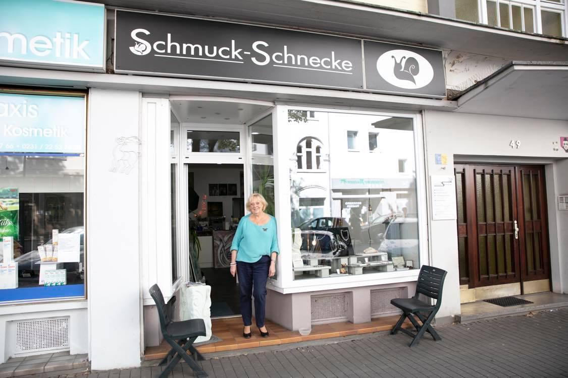 Dagmar Schnecke-Bend vor ihrem Geschäft in der Kaiserstraße 49