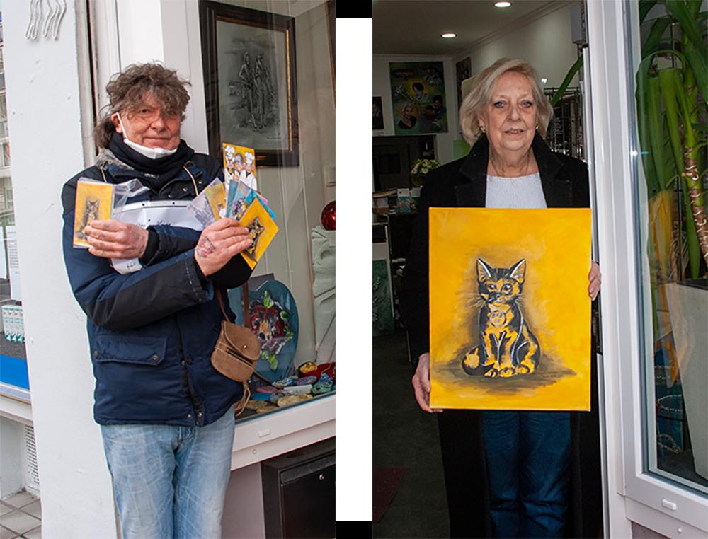 Links: Der Obdachlose Andreas Gutt hat heute in der Kaiserstraße die Künstlerkarten in Empfang genommen. Rechts: Dagmar Schnecke-Bend präsentiert ein Kartenmotiv als gemaltes Bild in Acryl auf Leinwand. Foto: Rüdiger Beck