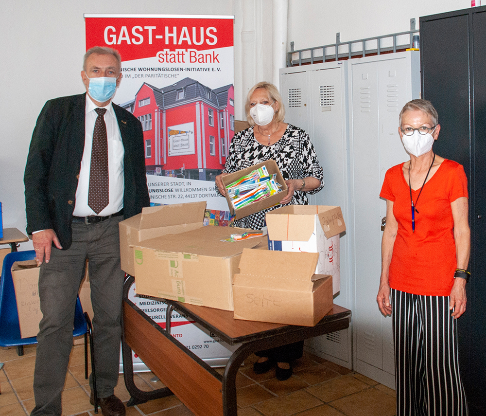 Eine kleine Auswahl der großzügigen Spende präsentieren v.l.n.r. Dirk Hartleif (Mitglied des Rates, CDU), Dagmar Schnecke-Bend (Goldschmiedin und Künstlerin), Conny Pape (Gast-Haus). (Foto: Rüdiger Beck)